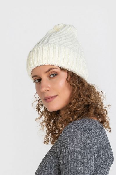 Вязаная шапка молочная с плетением