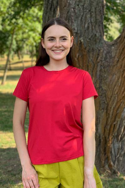 Красная женская футболка