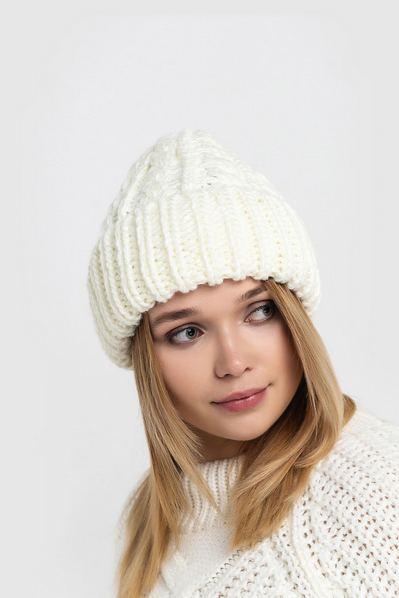 Вязаная шапка молочная объемная с плетением