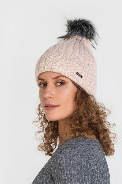 Вязаная шапка пудровая с помпоном