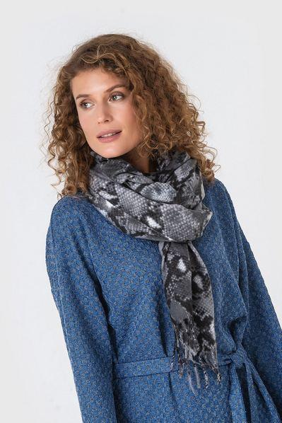 Серый шарф змеиный принт