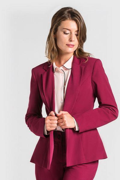 Женский жакет из костюмной ткани ягодный