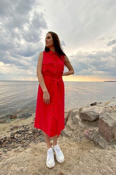 Платье с поясом и накладными карманами на красном фоне