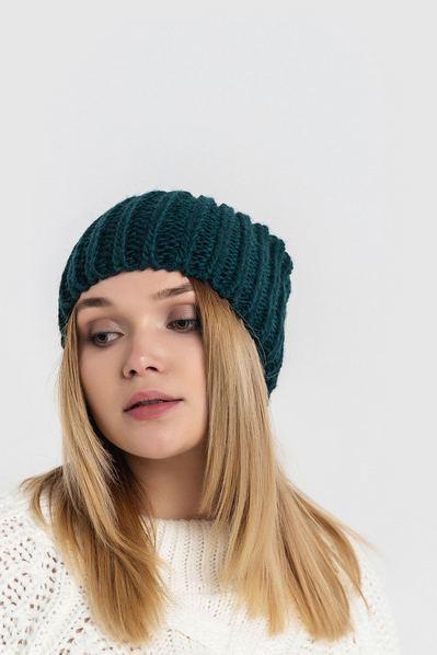 Вязаная шапка изумрудная с плетением