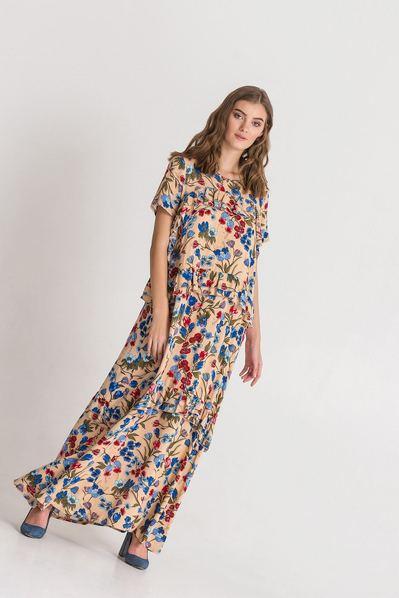 Длинное платье с оборками с цветочным принтом на фоне латте