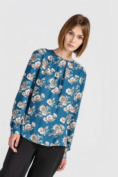 Штапельная блузка бежевые цветы на фоне морская волна