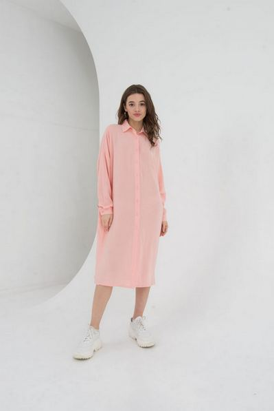 Льняное платье-рубашка на пудровом