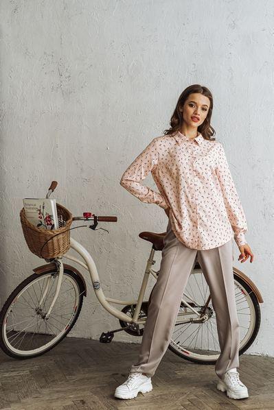 Женская прямая рубашка цветы на пудровом