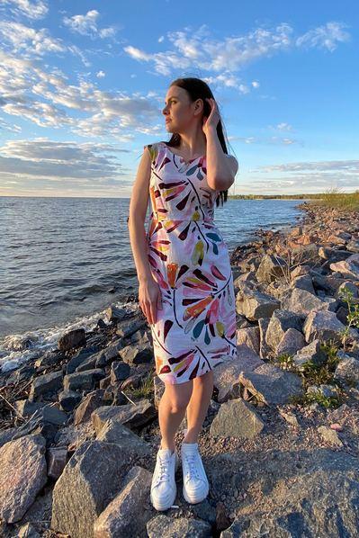 Молочное льнянное платье-футляр в оранжево-розовые штрихи