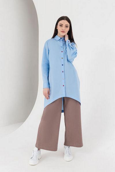 Длинная рубашка с разноцветными пуговицами небесная