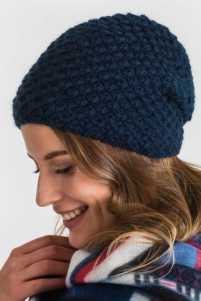 Вязаная шапка объемная темно-синяя