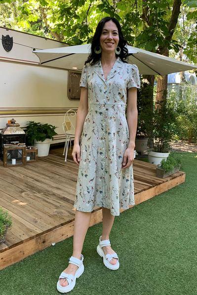 Платье принт бабочки и веточки на фоне шалфей