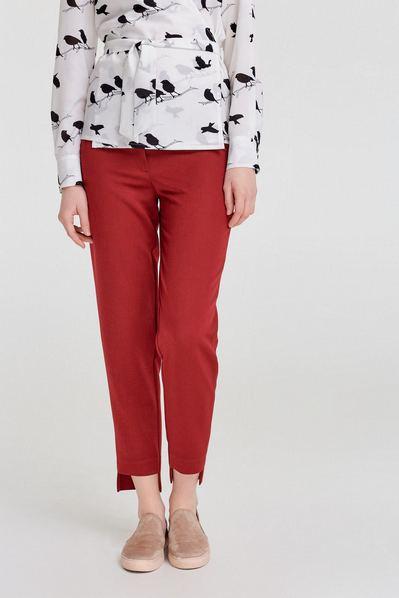 Женские брюки с асимметричным низом из костюмной ткани ягодные