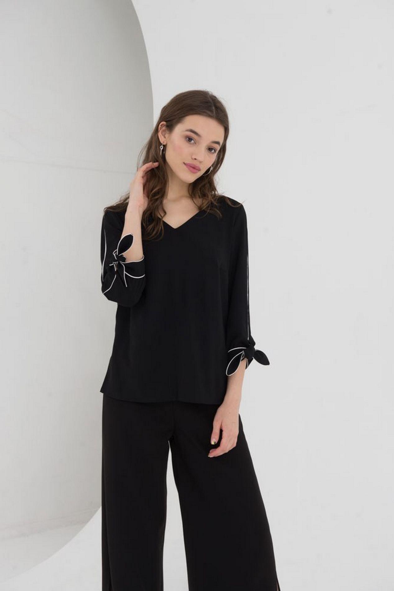 Черная блуза прямая с завязкой на рукавах