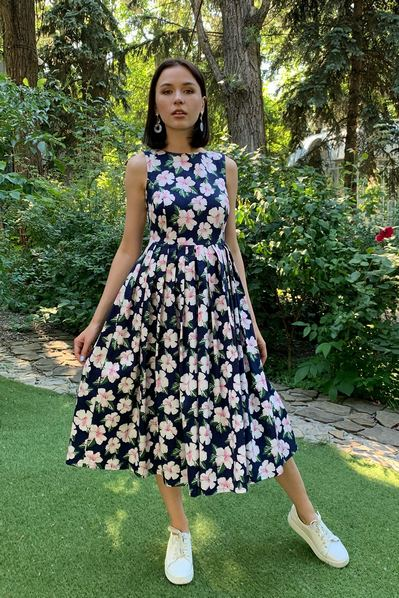 Темно-синее платье со складками в белые цветы