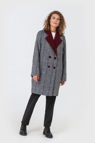 Пальто с бордовым воротником в клетку на графитовом