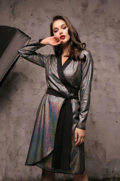 Черное платье с запахом в голограммные пайетки