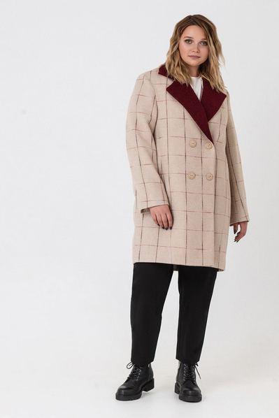 Пальто в клетку с бордовым воротником на фоне латте большой размер