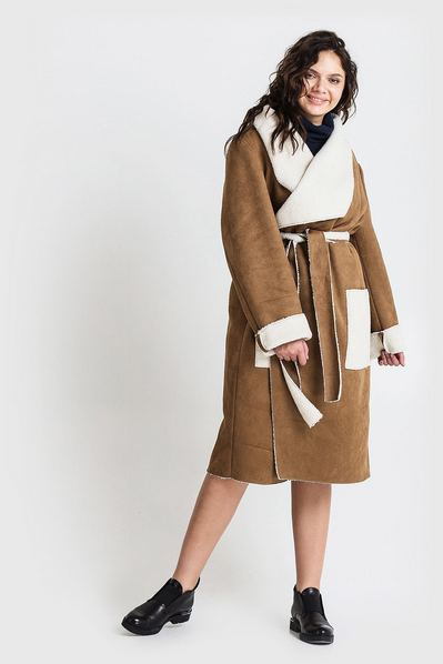 Женское пальто с ассиметричным воротником из искусственной овчины песочное большой размер