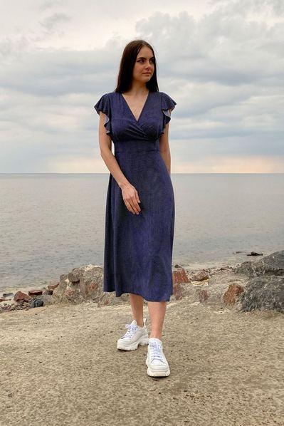 Синее платье с воланами на плечах в мелкий горох