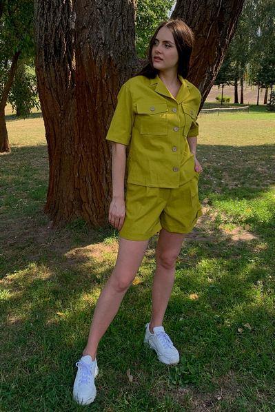 Костюм рубашка на пуговицах и шорты цвета золотистый лайм