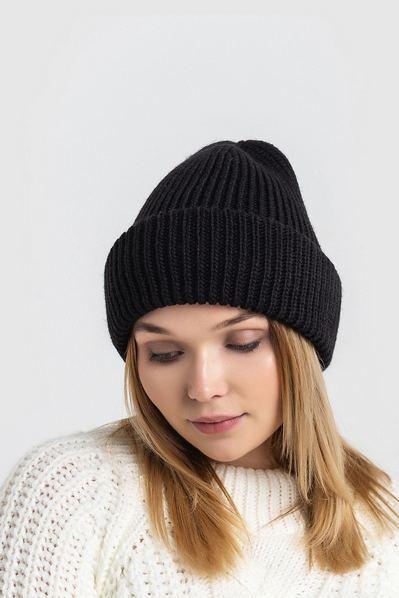 Вязаная шапка черная с плетением