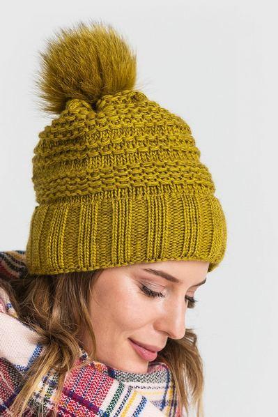 Вязаная шапка горчичного цвета с помпоном