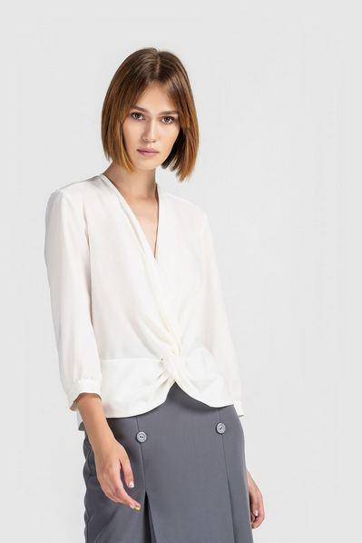 Женская блузка на запах молочная