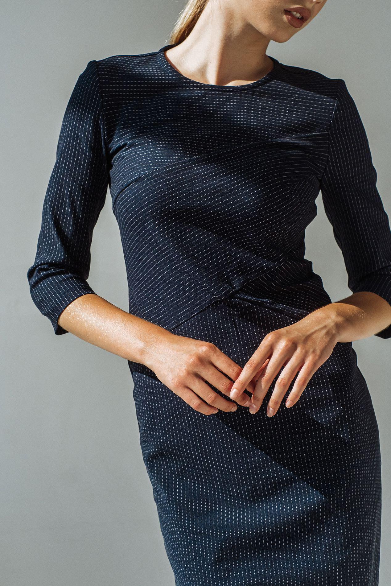 Приталенное платье в молочную полоску на темно-синем фоне