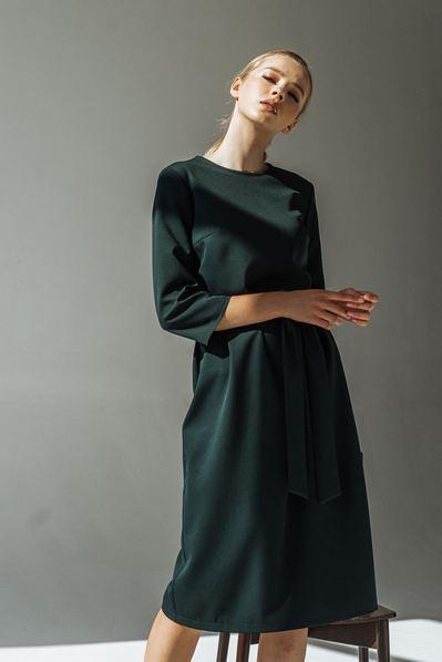 Платье с планкой на спине изумрудное