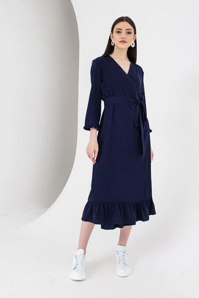 Синее платье с запахом и оборками миди