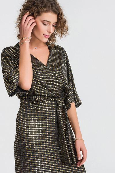 Черное платье с рукавом кимоно с золотистыми элементами