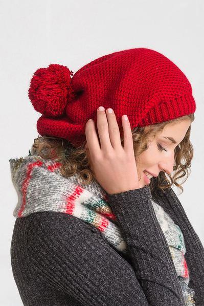 Темно-красная шапка с помпоном