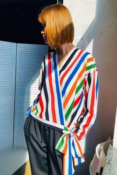 Разноцветная блузка на запах с завязкой в полоску