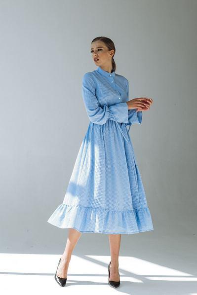 Платье с оборкой мелкий горох на небесном