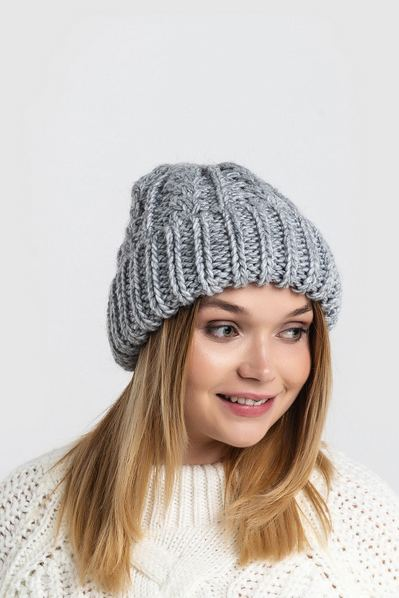 Вязаная шапка серая с манжетом и косичкой