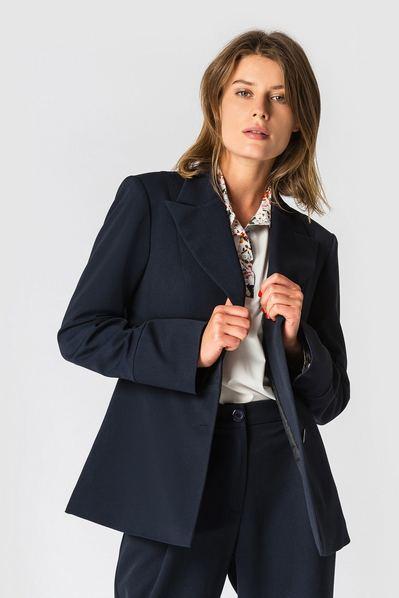 Темно-синий жакет из костюмной ткани с широкими лацканами