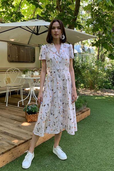 Платье принт бабочки и веточки на пудровом