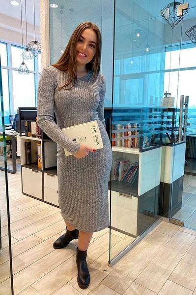 Серое миди платье-футляр с люрексом