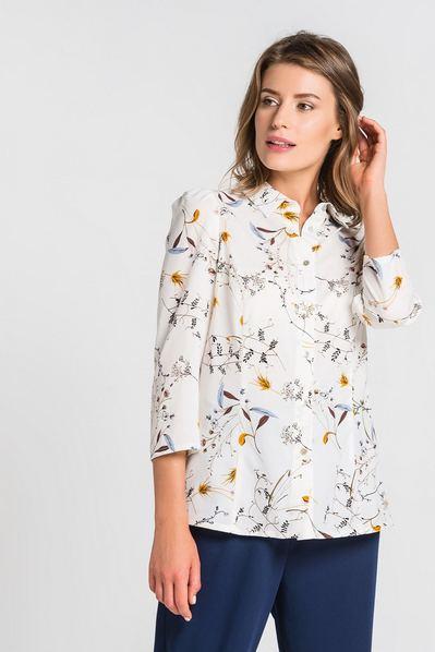 Женская блузка приталенная с растительным принтом на белом фоне