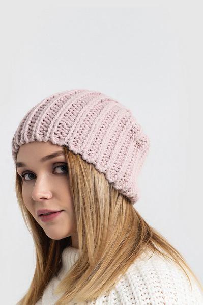 Вязаная шапка пудровое плетение