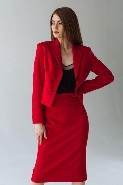 Красный костюм юбка до колен и приталенный жакет