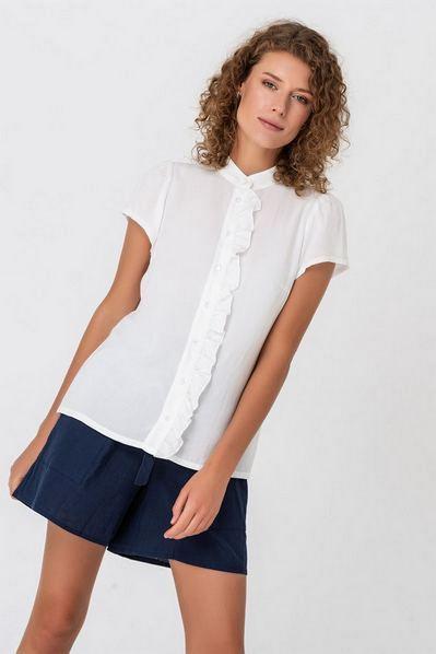 Штапельная блузка с оборкой молочная