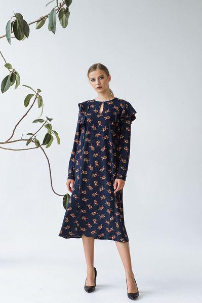 Платье с воланами на рукавах в цветы на темно-синем