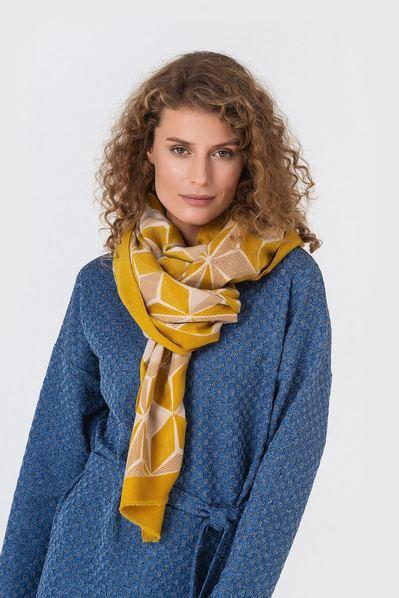 Желтый шарф в ромбы