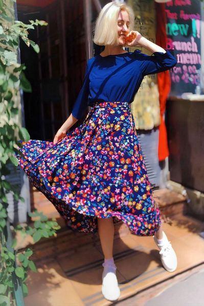 Темно-синяя юбка миди с поясом принт цветы