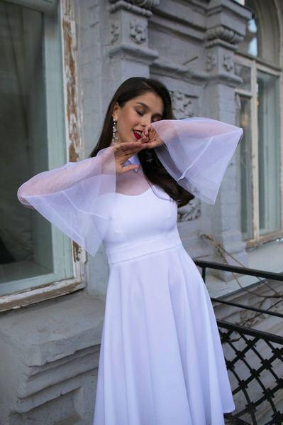 Белое платье вечернее с воротником и рукавами из сетки