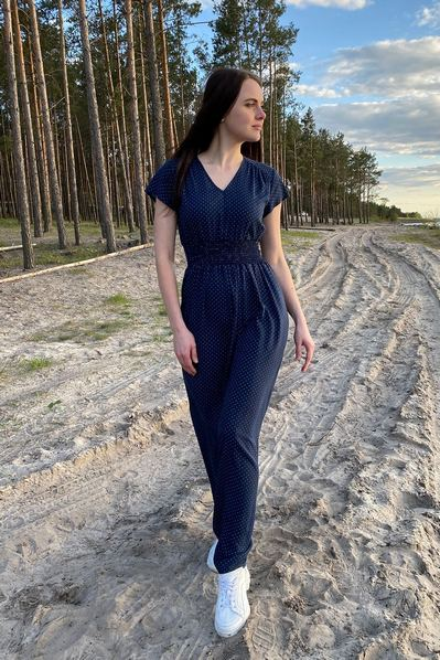 Длинное платье без рукавов в молочный горох на темно-синем фоне