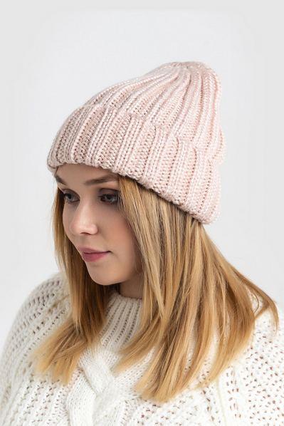 Вязаная шапка пудровая глянцевая