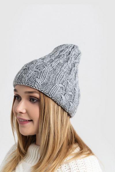 Вязаная шапка серая с манжетом и штрихами